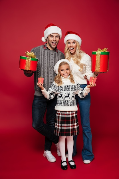 아이와 함께 행복한 가족의 전체 길이 초상화 무료 사진
