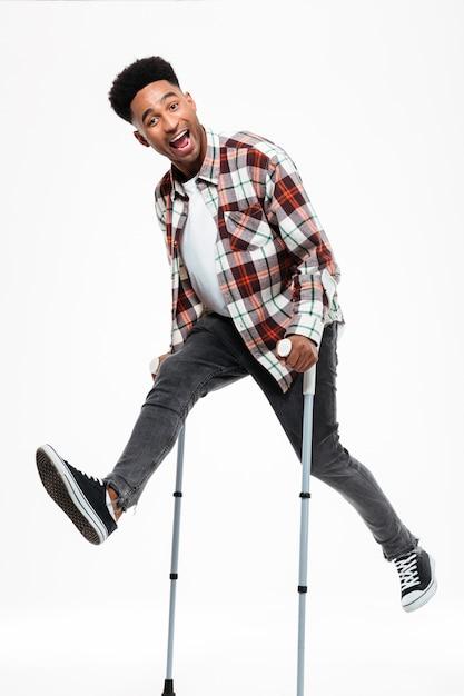 Полная длина портрет счастливого молодого афро-американского человека Бесплатные Фотографии