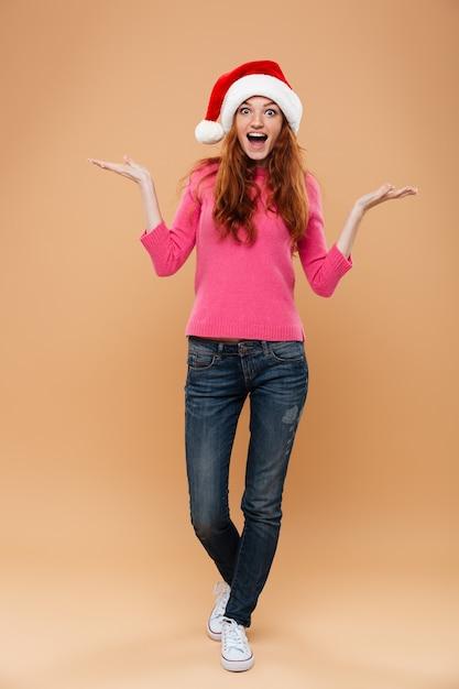 즐거운 예쁜 빨간 머리 여자의 전체 길이 초상화 프리미엄 사진