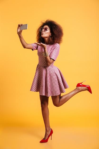 素敵なアフロアメリカンの女性の完全な長さの肖像画 無料写真