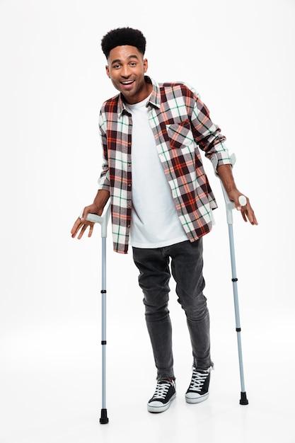 Полная длина портрет улыбающегося молодого афро-американского человека Бесплатные Фотографии