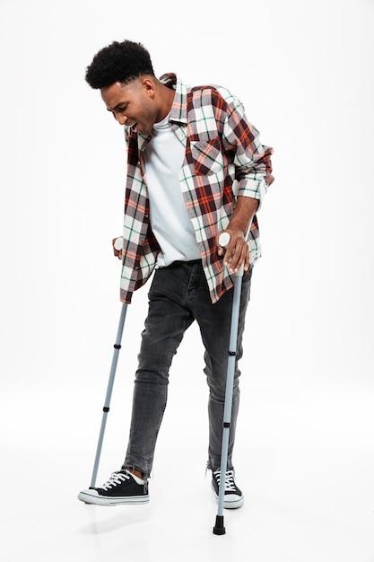 Полная длина портрет молодого афро-американского человека Бесплатные Фотографии