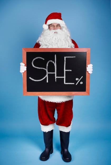 배너를 들고 산타 클로스의 전신 초상화 무료 사진