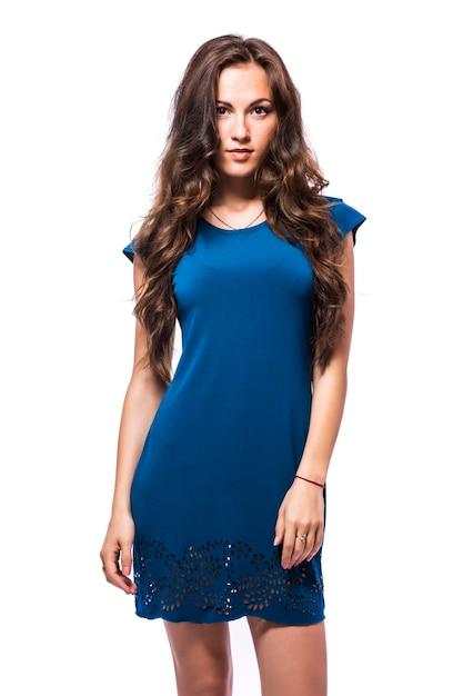 흰색 배경에 고립 된 허리에 그녀의 손으로 서 파란 드레스에 젊은 여성의 전체 길이 초상화 무료 사진