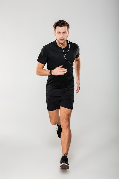 Full length portrait of a serious young man athlete Free Photo