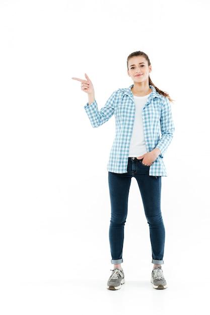 コピースペースで示す若い笑顔の若い女性の全身ショット 無料写真