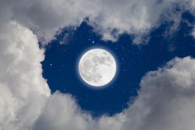Полнолуние с предпосылкой звёздных и облаков. романтическая ночь Premium Фотографии