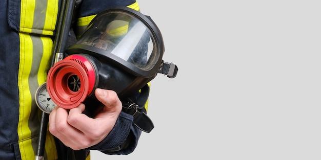 알 수없는 소방관의 손에있는 완전 보호 호흡 마스크 프리미엄 사진