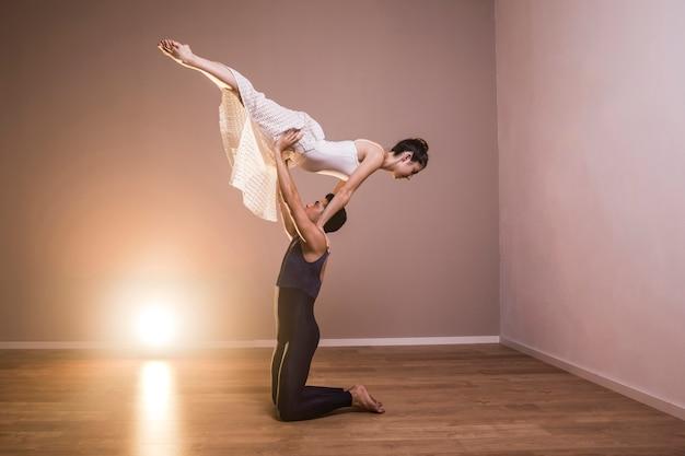 Full shot acrobatic couple performing Free Photo