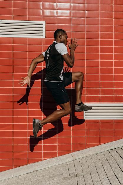 전체 샷 운동 남자 점프 무료 사진