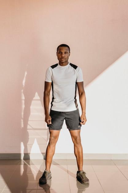 Спортивная (ый) мужчина в полный рост Бесплатные Фотографии