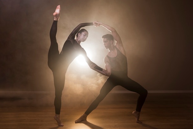 Full shot ballet dancers performance Free Photo
