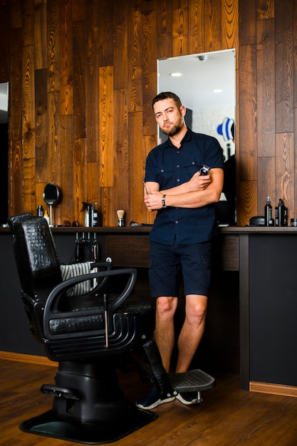 Full shot of barber at hair salon Free Photo