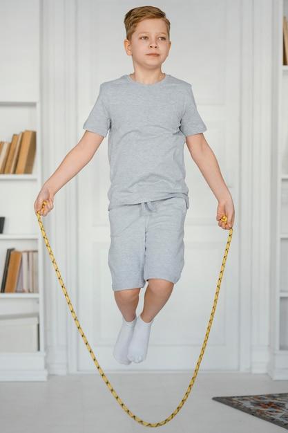 フルショットの少年縄跳び屋内 無料写真