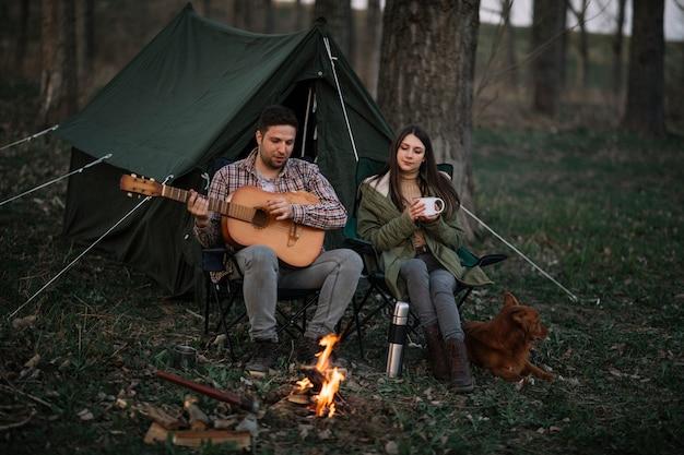 音楽を作るフルショットのカップル 無料写真