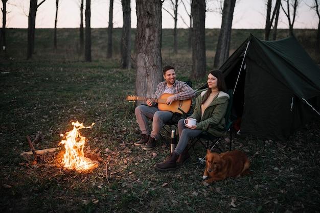 ギターを弾くフルショットカップル 無料写真