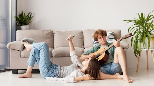 ギターとのフルショットのカップル 無料写真