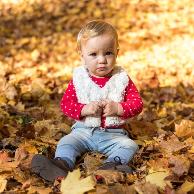 屋外でポーズフルショットかわいい女の子 無料写真