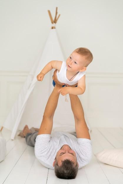 彼の男の子と遊ぶフルショットの父 無料写真