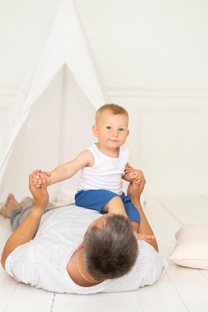彼の息子と遊ぶフルショットの父 無料写真