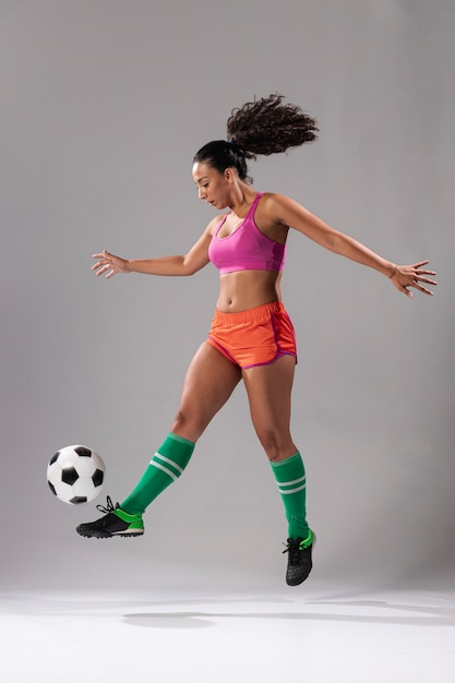Full shot fit woman doing tricks Free Photo
