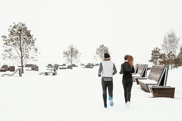 Друзья бегут вместе Premium Фотографии