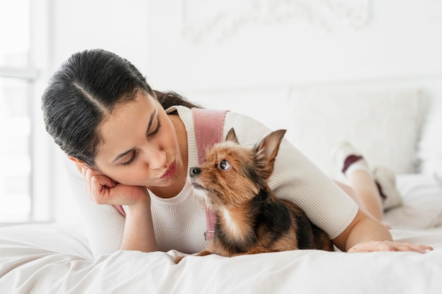 Полная девушка и собака в постели Бесплатные Фотографии