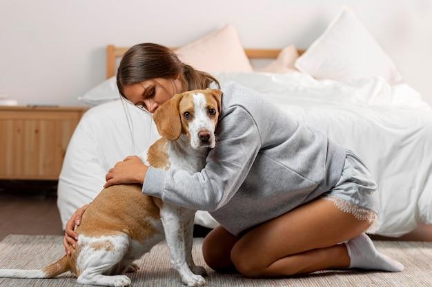 Полный снимок девушка обнимает собаку Premium Фотографии