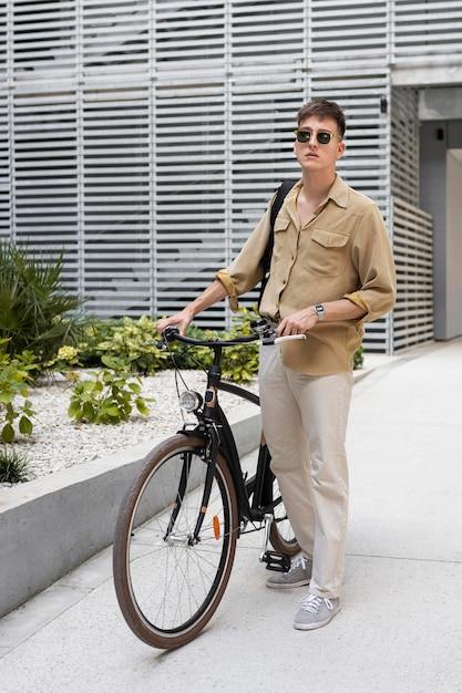 Ragazzo pieno del colpo che tiene bicicletta Foto Gratuite
