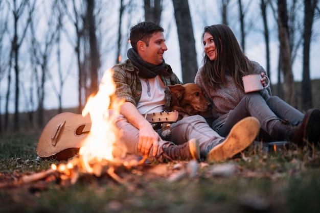 自然の中でフルショットの幸せなカップル 無料写真
