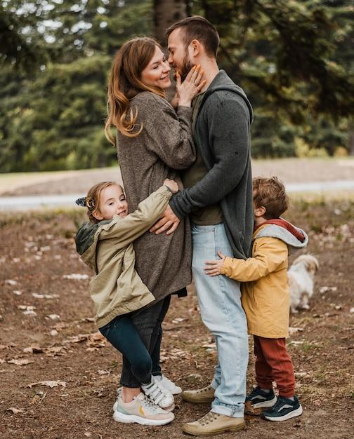 Полная съемка счастливая семья обнимается Бесплатные Фотографии