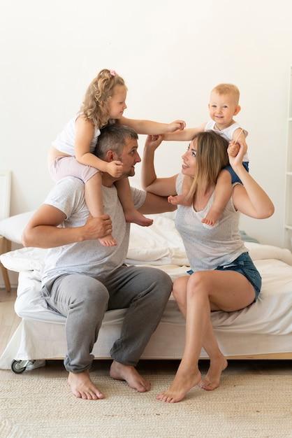 一緒に遊んでフルショット幸せな家庭 無料写真