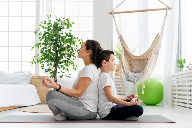 フルショットの子供と大人の瞑想 Premium写真