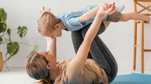 Полный выстрел ребенок и женщина упражнения Бесплатные Фотографии