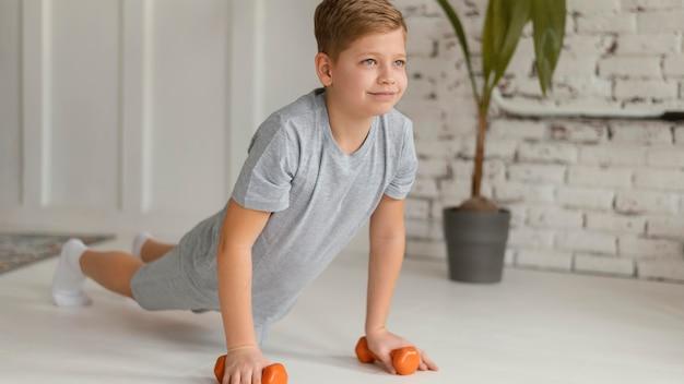 屋内で運動するフルショットの子供 無料写真