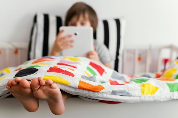 Полный ребенок держит таблетку Бесплатные Фотографии