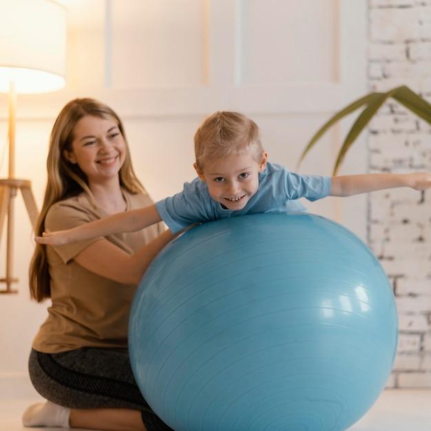 エクササイズジムボールのフルショットの子供 無料写真