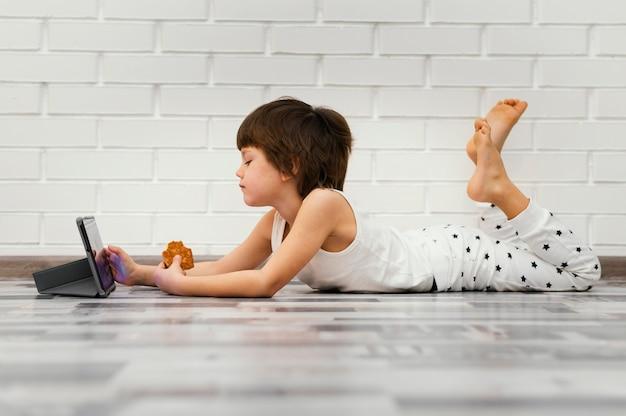 Полный ребенок сидит на полу Бесплатные Фотографии