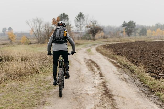 Colpo completo dell'uomo in sella a una bicicletta Foto Gratuite