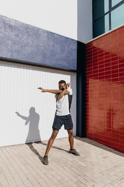 Полный выстрел человек, растяжения на открытом воздухе Бесплатные Фотографии