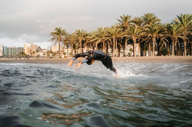 Nuoto completo dell'uomo del colpo Foto Gratuite
