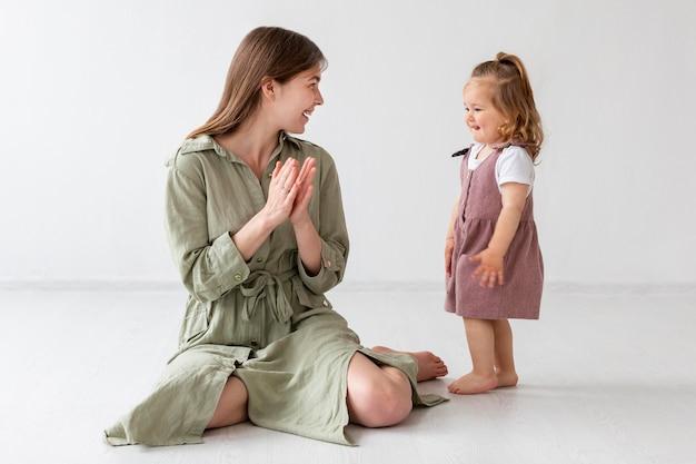 Полный выстрел матери и ребенка вместе Бесплатные Фотографии