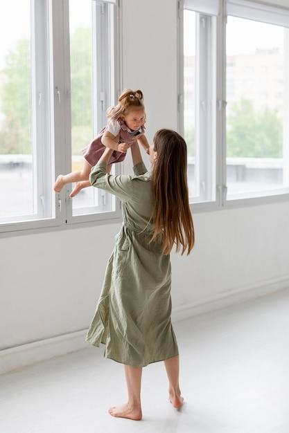 Full shot madre trascorrere del tempo con la ragazza Foto Gratuite
