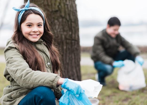 ビニール袋を持つ子供の完全なショット 無料写真