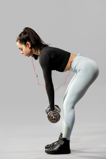 Полный выстрел женщины, делающей упражнения Бесплатные Фотографии