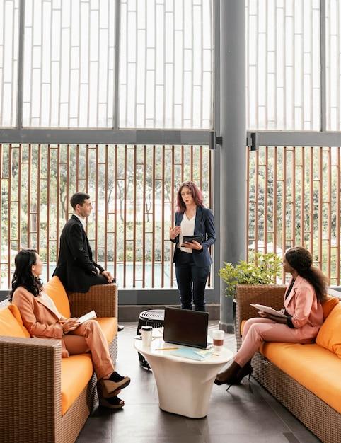 Люди в полный рост на диванах на встрече Premium Фотографии