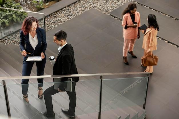 屋外で話しているフルショットの人々 無料写真