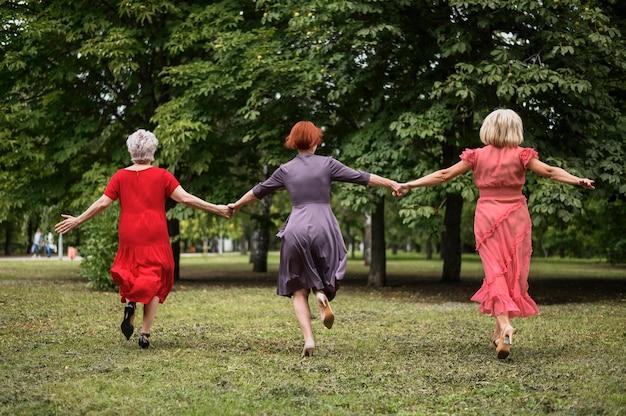 Full shot senior women celebrating friendship Free Photo