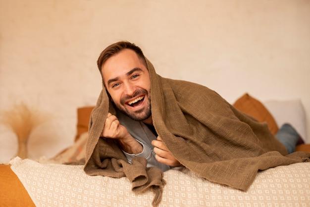 Полный снимок смайлик в постели Premium Фотографии