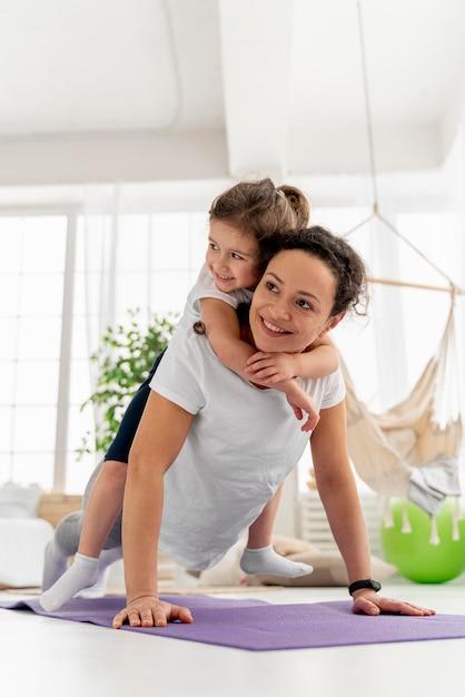전체 샷 웃는 여자와 아이 무료 사진